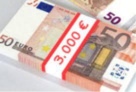 mazzo di banconote con fascetta scritta 3000 euro