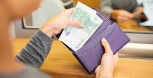 donna di spalle che prende euro da portafogli