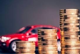 modellino auto e monete in metallo