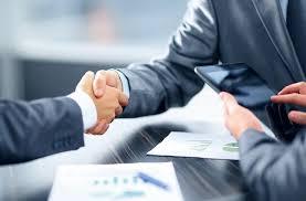 mani che si stringono per confermare accordi