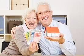 due anziani con soldi in mano