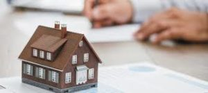 modellino di casa su tavolo di progetto