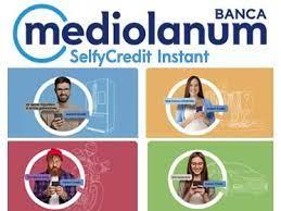 quattro giovani che usano lo smartphone con la scritta selfycredit